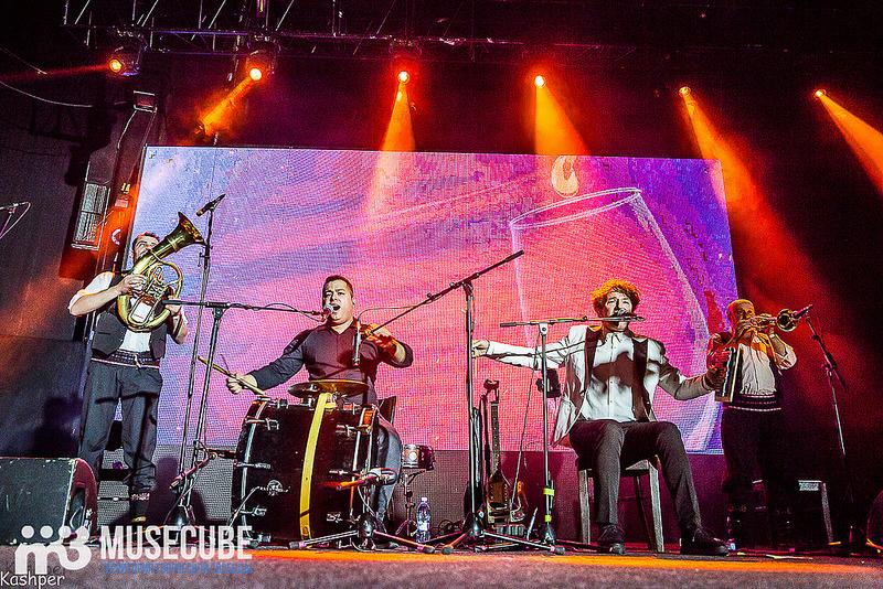 Большинство людей знают Горана Бреговича как композитора, написавшего музыку для фильмов Эмира Кустурицы «Время цыган», «Андеграунд», «Аризонская мечта», однако его творческая деятельность выходит далеко за пределы этих картин. Начиная со школьных и гимназистких рок-групп, пробуя себя в качестве бас-гитариста в коллективах, играющих в духе «Led Zeppelin» и «Black Sabbath», музыкант постепенно пришёл к интересному направлению, содержащему элементы балканской и цыганской традиционной музыки.